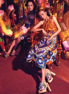 """Ngắm nhìn những thiết kế từ BST """"Mỵ Châu"""" của Thuy Design House nổi bật giữa nhà hát cổ Duyệt Thị đường"""