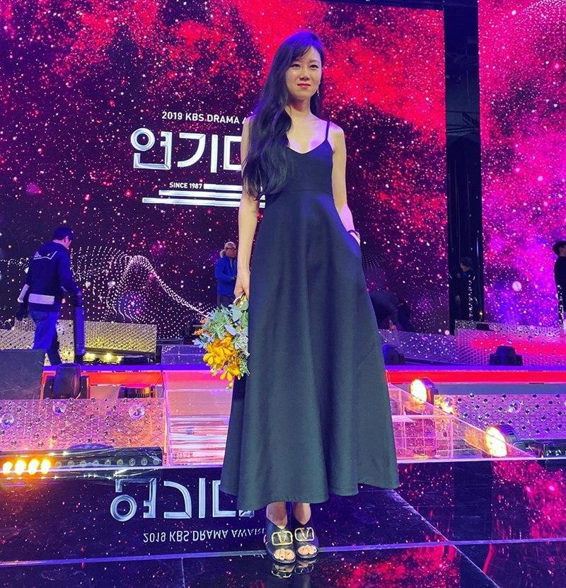 Gong-Hyo-Jin-mac-dam-Valentino-nhan-giai-Daesang-dau-tien-trong-su-nghiep-DepOnline-01