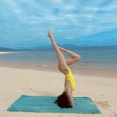Sĩ Thanh diện bikini pose tư thế yoga cực khó trên bãi biển