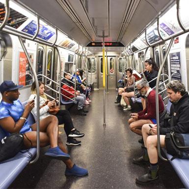 """Mỹ: Những hình ảnh thú vị trong ngày """"Đi tàu điện không mặc quần"""""""