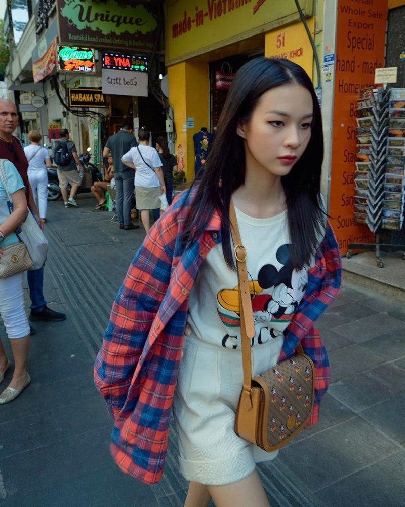 ao-phong-hoa-tiet-chuot-Mickey-thong-tri-street-style-sao-Viet-tuan-qua-DepOnline-04