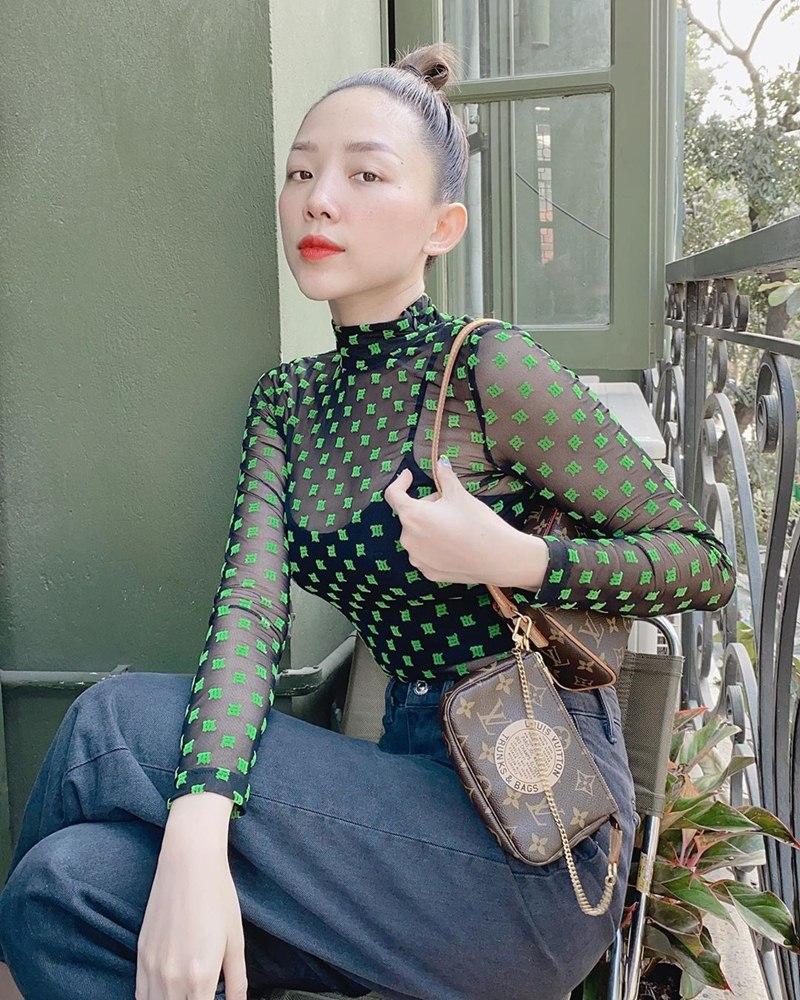 ao-phong-hoa-tiet-chuot-Mickey-thong-tri-street-style-sao-Viet-tuan-qua-DepOnline-11