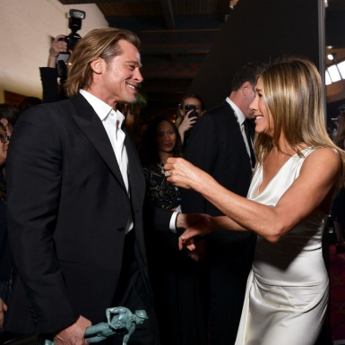 Brad Pitt và Jennifer Aniston ăn mặc như… cô dâu chú rể tại SAG Awards 2020