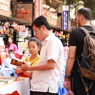 """""""Tuần lễ hoạt động kỷ niệm 90 năm thành lập Đảng Cộng sản Việt Nam"""" diễn ra sôi nổi tại Đường sách Tp.HCM"""
