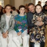 """Hai """"cậu ấm"""" nhà Beckham diện đồ Dior Men ngồi hàng đầu xem show diễn của mẹ"""