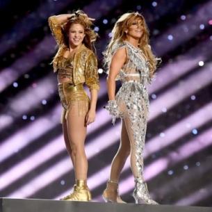 Jennifer Lopez, Shakira đốt cháy sân khấu SuperBowl LIV Halftime Show trong các thiết kế từ Versace, Dundas