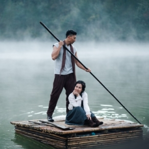 """Ngỡ ngàng với cảnh Đà Lạt đẹp tựa """"làng cổ châu Âu"""" trong MV mới của Võ Hạ Trâm"""