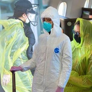 Thời trang mùa dịch Corona: Naomi Campbell, Hari Won mặc đồ bảo hộ, Dương Tử trùm áo mưa