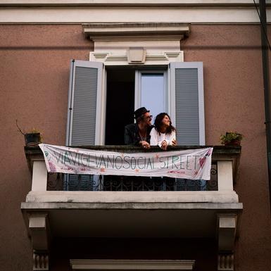 Giữa mùa dịch bệnh, tình yêu và cuộc sống vẫn tiếp diễn ngọt ngào ở Milan