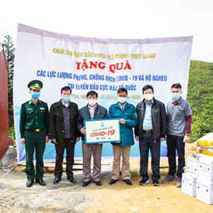 Ford Việt Nam tặng xe cứu thương, nhu yếu phẩm cho bệnh viện và người nghèo