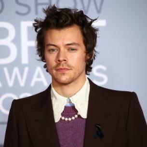 Harry Styles ra mắt thiết kế áo thun gây quỹ ủng hộ hoạt động cứu trợ chống đại dịch COVID-19