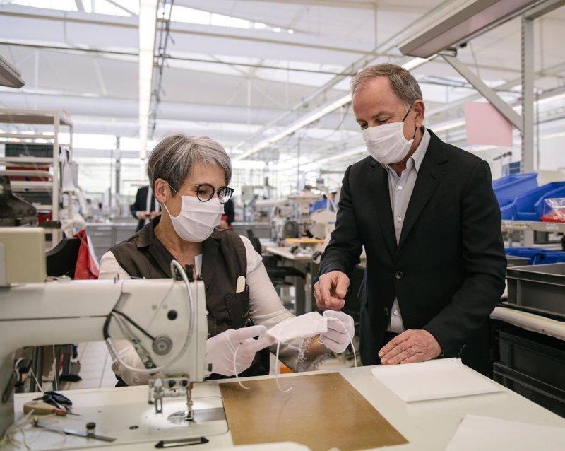 Mùa đại dịch Covid-19, đến Louis Vuitton cũng sản xuất khẩu trang