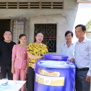 Dù đang cách ly tại Mỹ, Bằng Kiều vẫn nhờ bạn bè trao tặng nước ngọt cho người dân Bến Tre gặp hạn mặn