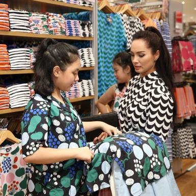 Thúy Hạnh cùng 2 cô con gái tươi tắn trong những bộ trang phục mang họa tiết độc đáo