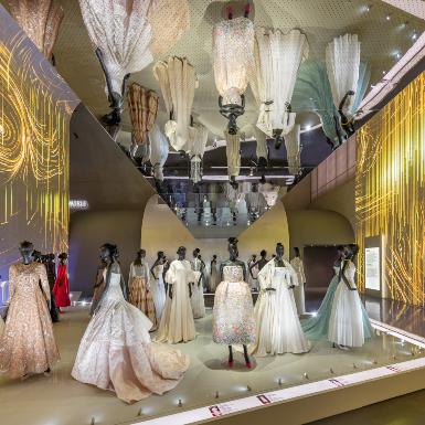 """Chiêm ngưỡng những tuyệt tác thời trang biểu tượng của Dior tại triển lãm """"Designer of Dreams"""" tại Thượng Hải"""