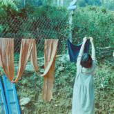 """Khi tay """"nhúng chàm"""": Đi Cát Cát học người H'Mông cách nhuộm chàm"""