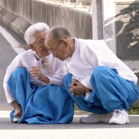 """""""Mình Ơi, Xin Đừng Qua Sông"""": Tình yêu tuổi xế chiều – Tình yêu của những điều phi thường nhỏ bé"""