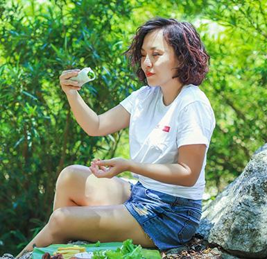 Thái Thùy Linh trổ tài làm món phở cuốn giữa núi rừng miền Trung