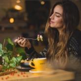Thói quen ăn uống theo cảm xúc: Đơn thuần chỉ là những cơn thèm ăn bất ngờ ùa đến?