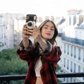 """5 bài học làm đẹp vỡ lòng để trở thành quý cô nước Pháp đích thực như """"Emily in Paris"""""""