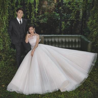 Chúng Huyền Thanh xinh tươi như công chúa bên ông xã Jay Quân trong bộ hình kỷ niệm 3 năm ngày cưới