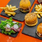 Các tín đồ của burger và hải sản không thể nào bỏ lỡ trải nghiệm hấp dẫn này