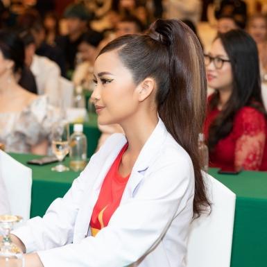 Hoa hậu Ngọc Châu gây bất ngờ khi mặc áo blouse trắng tri ân y bác sĩ