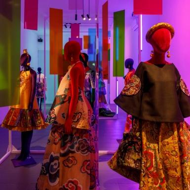 """Mơ màng giữa 7 không gian trưng bày tại triển lãm """"Mộng Bình Thường"""" của NTK Thủy Nguyễn"""