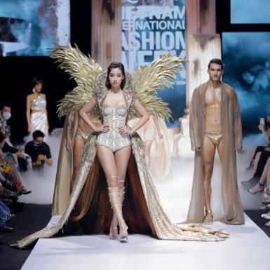 """Top 3 HHVN 2020 mở màn, Đỗ Mỹ Linh diện trang phục 40kg làm vedette show """"The Valley of Goddess"""" của NTK Đỗ Long"""