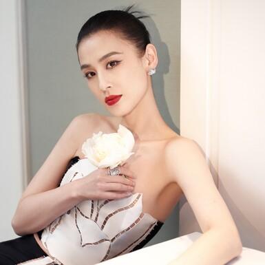 Ngôi sao Hoa ngữ Huỳnh Thánh Y diện trang phục đến từ NTK Việt Nam