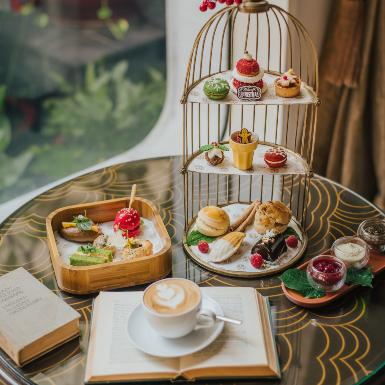Nhâm nhi tách trà, đĩa bánh thơm vị bên cạnh người thân yêu mùa lễ hội cuối năm tại khách sạn ở Sài Gòn