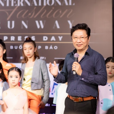NTK Sĩ Hoàng trình làng BST dành cho trẻ em tại chương trình Sàn diễn Thời trang Quốc tế 2021