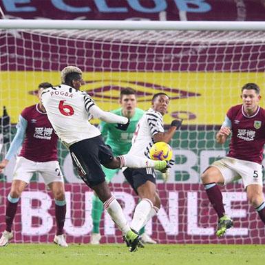 Pogba ghi bàn đưa Manchester United lên đỉnh Premier League sau 8 năm