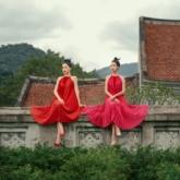 """Hoa hậu Đỗ Mỹ Linh và Á hậu Phương Nga hóa thân thành các """"Nàng Xuân"""" trong trang phục Valenciani"""