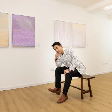 """Hứa Vĩ Văn rơi nước mắt nói về đam mê hội họa tại triển lãm đầu tay """"Vùng Mơ"""""""