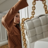 Cận cảnh chiếc IT Bag đình đám của Bottega Veneta trong loạt hình cực chất của fashionista Thảo Nhi Lê