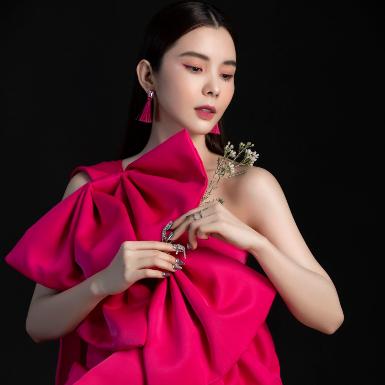 """Hoa hậu Du lịch Thế giới Huỳnh Vy hóa """"nàng xuân"""" xinh đẹp trong bộ ảnh đón Xuân Tân Sửu"""