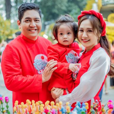 Hậu sinh nhật con trai, gia đình Thanh Thúy – Đức Thịnh xúng xính xuống phố chụp ảnh đón Xuân Tân Sửu