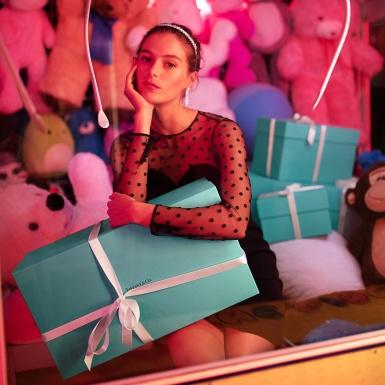 Thổn thức trước những món quà Valentine đựng trong chiếc hộp xanh huyền thoại của Tiffany&Co.