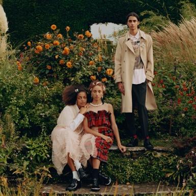 Những khung hình tươi vui đầy hứng khởi trong chiến dịch quảng cáo BST Simone Rocha x H&M