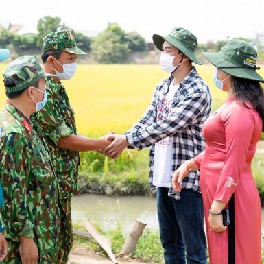 Hứa Vĩ Văn trao học bổng, thăm các chốt chống dịch biên giới tại An Giang