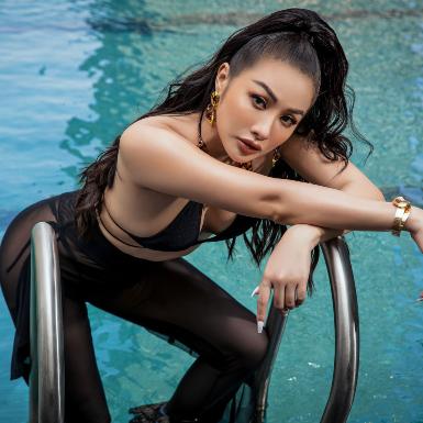 Yaya Trương Nhi khoe hình thể nóng bỏng cùng mốt quần xuyên thấu gợi cảm trong bộ ảnh mới