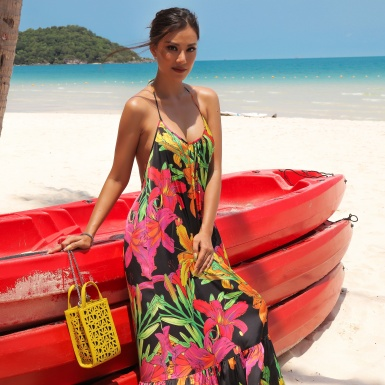 Á hậu Kim Duyên thả dáng bên bờ biển trong những thiết kế của Adrian Anh Tuấn
