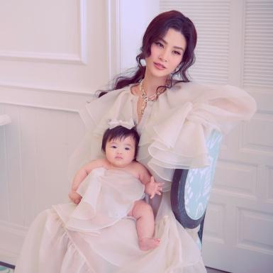 Đông Nhi cùng con gái cưng xuất hiện trong bộ hình thời trang mới