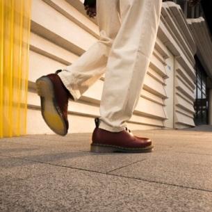 """Dr. Martens ra mắt mẫu giày mới với thiết kế đế trong suốt độc đáo """"1461 Iced"""""""