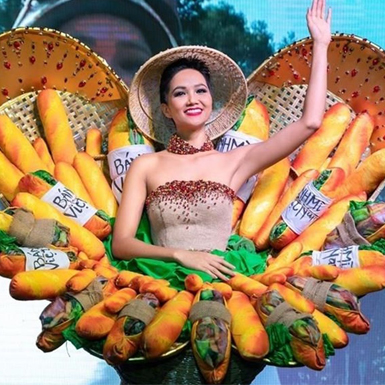 """""""Bánh Mỳ"""" lọt top 10 trang phục dân tộc ấn tượng nhất Miss Universe"""