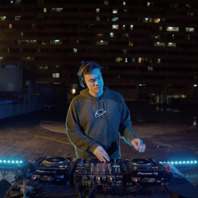 DJ nổi tiếng Singapore ra mắt sản phẩm mới trên tầng thượng giữa khu phố Tàu