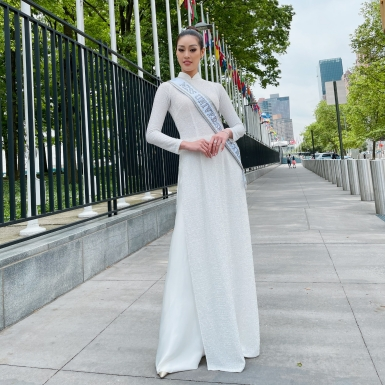 Hoa hậu Khánh Vân diện áo dài trắng, thăm phái đoàn Việt Nam tại Liên Hợp Quốc và Lãnh sự quán Việt Nam tại New York