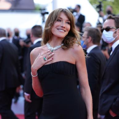 Carla Bruni tỏa sáng với vẻ sang trọng vĩnh cửu trên thảm đỏ LHP Cannes