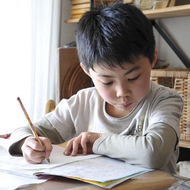 """4 nguyên tắc """"vàng"""" dạy con học tại nhà mà không tự biến mình thành """"mẹ hổ"""" dành cho các bậc phụ huynh"""